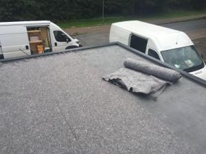Vlies für Dachbegrünung der Garage wird verlegt