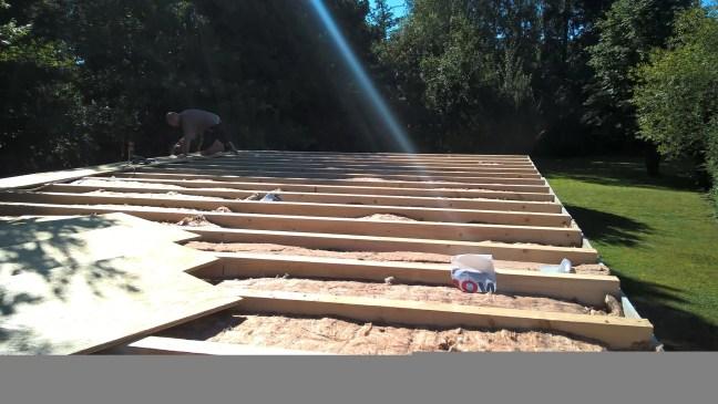 Das Dach der Garage wird gedämmt und mit Faserplatten beplankt.