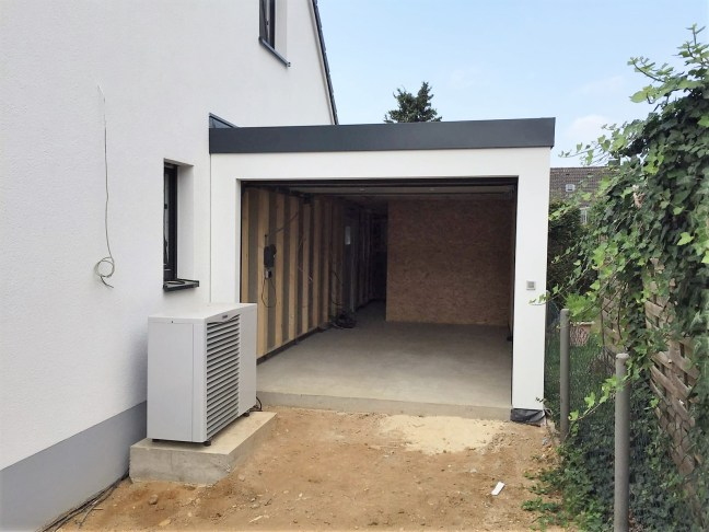 Garage mit geöffnetem Garagentor