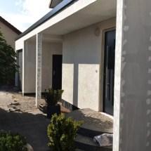 Fink Garage - Garagenfront mit Überdachung zum Hauseingang