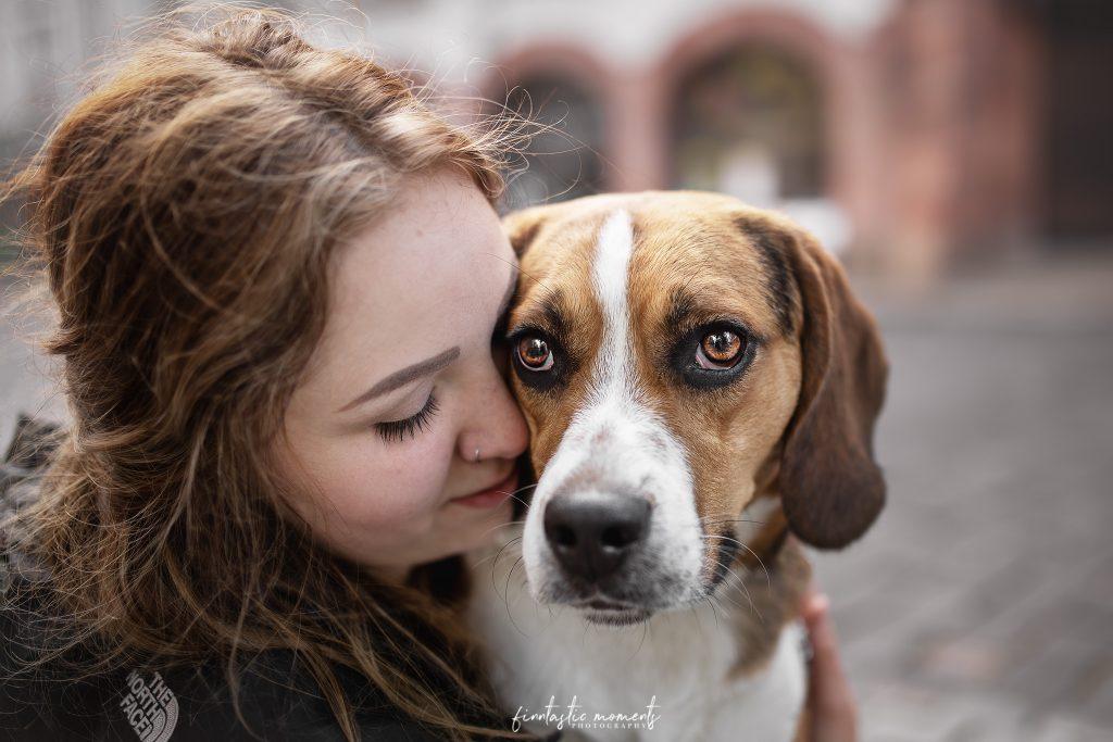 Beagle und Besitzerin in der Stadt