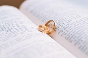 Demande en mariage bague en or alliances