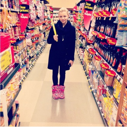 Chloë-Moretz-wore-slippers-while-shopping-grocery-store