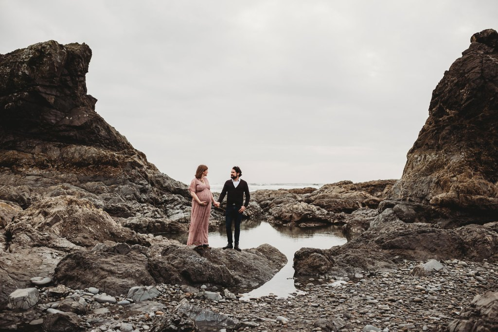 couple maternity session for seattle couple at ruby beach