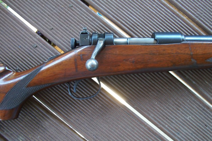 The first bolt action to be chambered for the .250-3000 was the Savage model 1920. This is the improved version made after 1926. The rifle lasted only until 1929, but was an exquisite hunting rifle equipped with a sliding and safety and bolt sleeve Lyman sight.