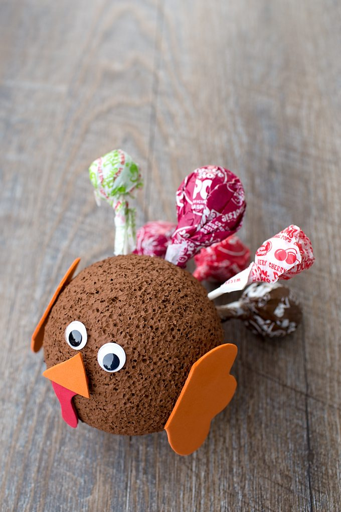 This cute Easy Lollipop Turkey Craft is the perfect Thanksgiving craft for kids to make! It's also a smart way to use up leftover Halloween candy!