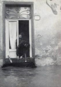 Paratie alle porte per limitare l'acqua dell'Arno dell'alluvione di Firenze
