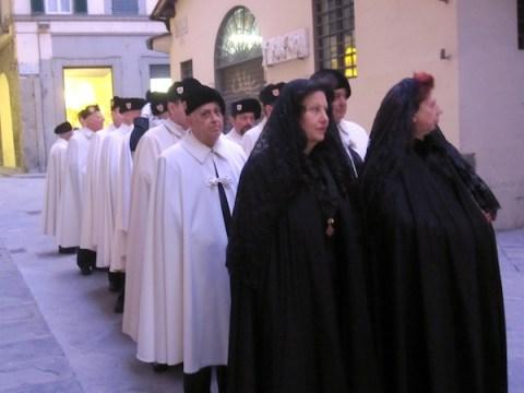 Le dame e i cavalieri della delegazione fiorentina del Santo Sepolcro procedono verso il Duomo