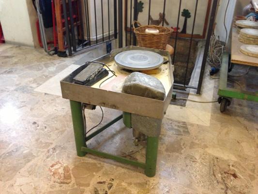 Il tornio sul quale si posiziona e si lavora la massa argillosa