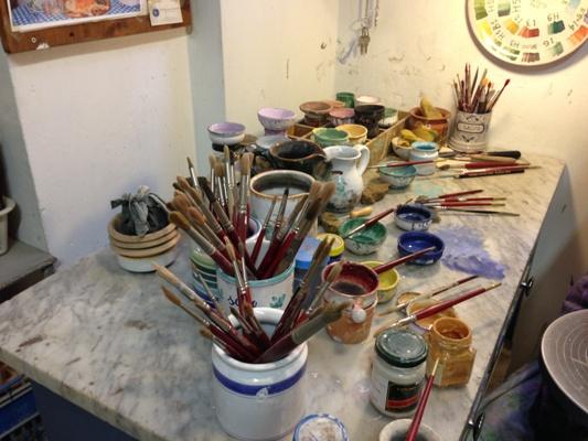 Colori e pennelli per le decorazioni fatte rigorosamente a mano