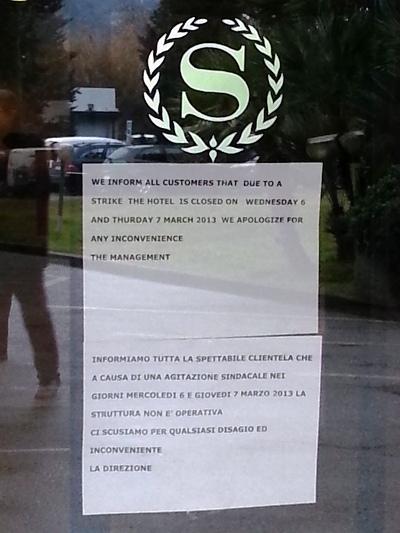 Il cartello sulla porta dell'hotel Sheraton Firenze in seguito allo sciopero dei lavoratori