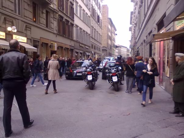 Via Calzaioli bloccata per i punkabbestia