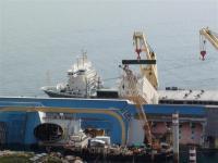 Costa Concordia - primo cassone posizionato sul relitto