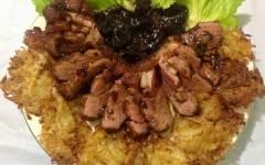 Petto d'anatra alle prugne con rosti di patate e cipolline