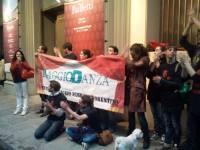 Un momento della protesta di MaggioDanza l'altra sera in Corso Italia