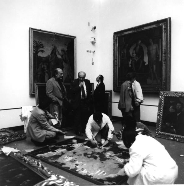 Nella Sala 15 degli Uffizi (di L eonardo da Vinci) il Soprintendente Antonio Paolucci assiste ai primi interventi dei restauratori sulle opere danneggiate.
