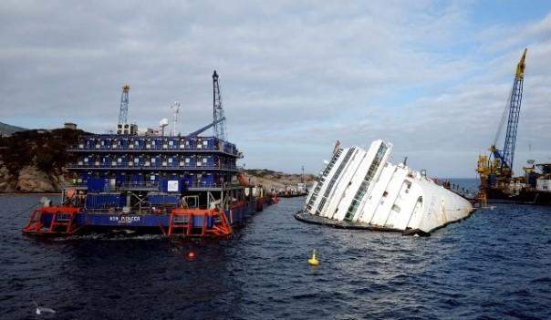 La Costa Concordia adagiata sui fondali davanti al Giglio