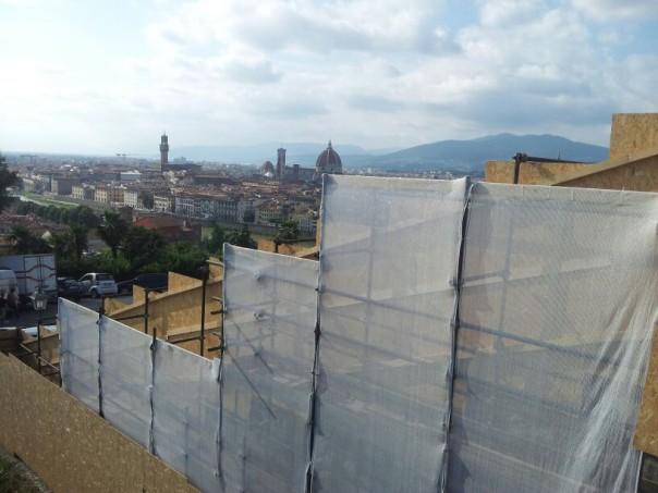 Uno scatto che ritrae una parte del piazzale Michelangelo ancora transennata