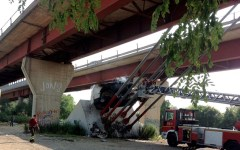Furgone precipita dal ponte all'Indiano e si incendia (filmato)
