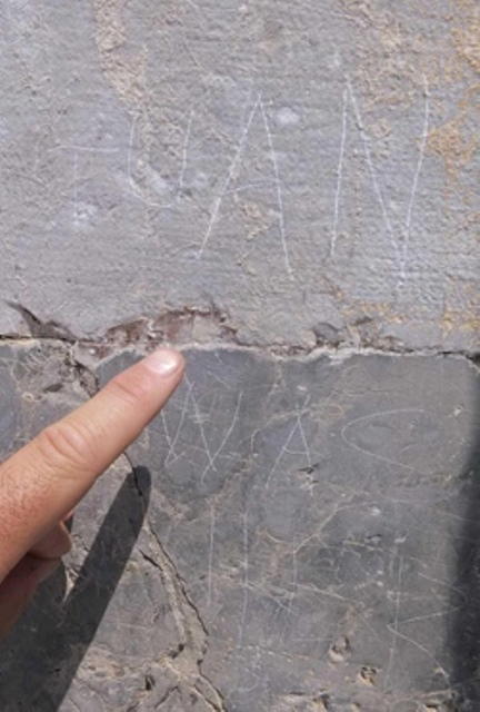 Le scritte sul muro del Duomo di Pisa