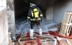 Incendio, distrutti 3 capannoni di ditte cinesi a Prato