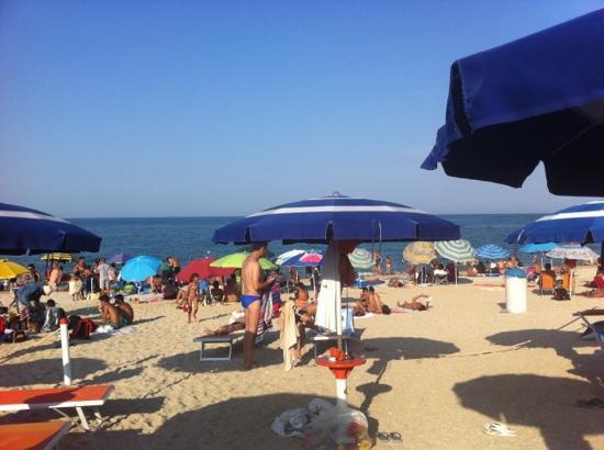 la-spiaggia-libera-davanti