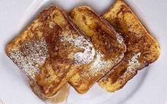 French toast: preparazione del piatto tipico nel breakfast americano