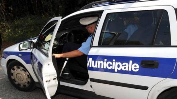 La polizia municipale di Serravalle Pistoiese ha denunciato un uomo che lasciava guidare il furgone al figlio di 7 anni