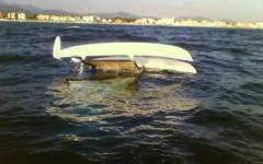 Catamarano si rovescia in Versilia, salvi padre e figlia
