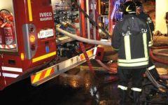 Prato, palazzo in fiamme nella notte: ferite sette persone