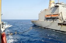 La nave americana Patuxent rifornisce Nave Zeffiro