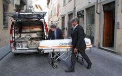 Prato: soffoca la moglie malata, da autopsia anche segni di strangolamento