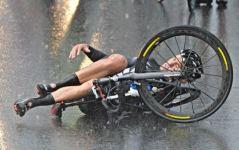 Mondiali di ciclismo, muro d'acqua e cadute a ripetizione