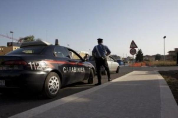 Donna ubriaca sperona auto dei carabinieri, fermata dopo inseguimento