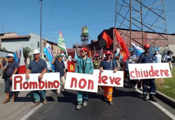 I lavoratori a difesa dell'altoforno della Lucchini