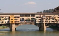 Firenze, Ponte Vecchio: venditore abusivo lancia una spranga contro un vigile, arrestato