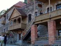 Una caratteristica strada di Dilijan, Armenia del nord