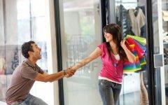 Crisi: stop allo shopping sfrenato, torna l'arte del rammendo