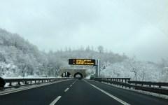 Maltempo in Toscana: neve sull'A1, rimasta chiusa per oltre un'ora nella zona di Arezzo