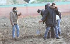 Cadavere di donna in un campo, pochi elementi per darle un nome