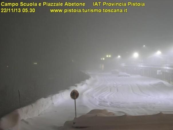 Il piazzale dell'Abetone sommerso dalla neve all'alba di stamani