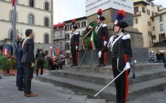 La cerimonia dell'alzabandiera in piazza dell'Unità Italiana a Firenze