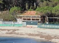 La palazzina in costruzione sulla spiaggia all'Elba