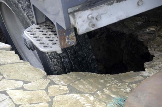 La ruota della spazzatrice incastrata nella voragine del molo di Viareggio