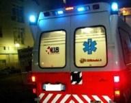 L'ambulanza ha portato la donna in ospedale per l'espulsione della placenta