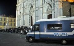 Firenze: livornese fa pipì sul portone di Santa Croce. Poi si giustifica: «Io sono ateo...»
