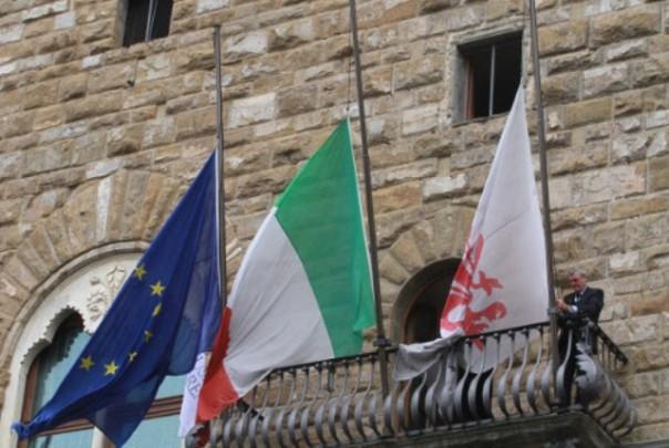 Le bandiere a mezz'asta di Palazzo Vecchio per commemorare Mandela