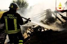 L'allarme è stato lanciato poco prima delle 7, intervenuti sul posto i vigili del fuoco