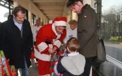 Renzi porta i regali ai bambini del Meyer