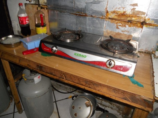 Una cucina improvvisata in un capannone-dormitorio cinese
